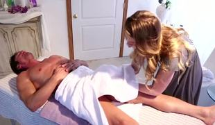 Hot young Jessie Andrews is uneasy by Tommy Gunns body that came for a massage. She fundamentally shriek resist his big dick and gives him handjob.