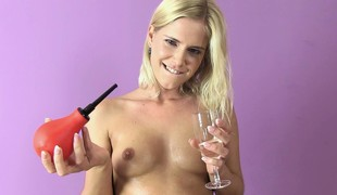 Blonde freak gets herself all dirty and wet during a solo show