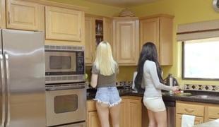Jaclyn Taylor & Sierra Nicole in Sex Lessons Alien Mama - MomsTeachSex