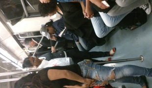 Rico Culo de Chica en el Metro L 2 MX recargada en el tubo