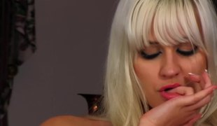 Blonde doll relaxes and has relaxation in solo masturbation scene
